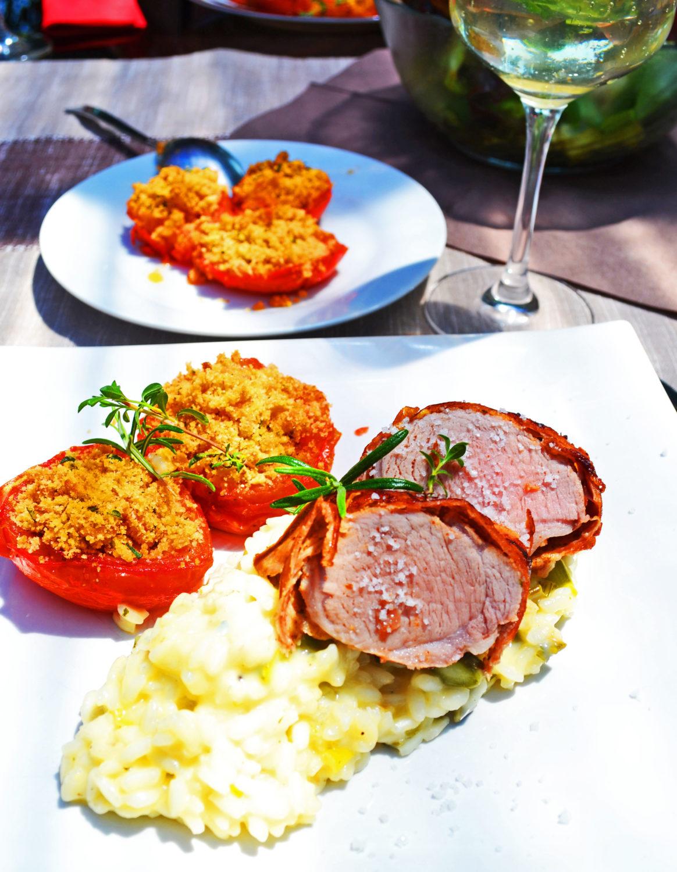 À table! Schweinefilet im Prosciuttomantel mit Gorgonzolarisotto und provençalischen Tomaten