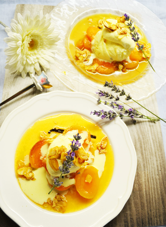 Eine unwiderstehliche Versuchung! Lavendel-Sauerrahmeis mit Vanille-Marillen