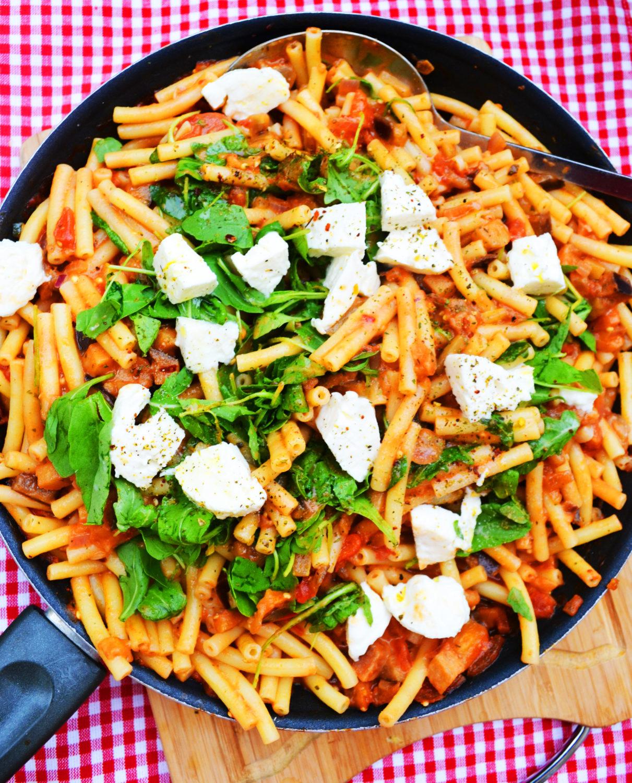 Essen ist fertig! Auberginen-Tomaten-Pasta mit Mozzarella