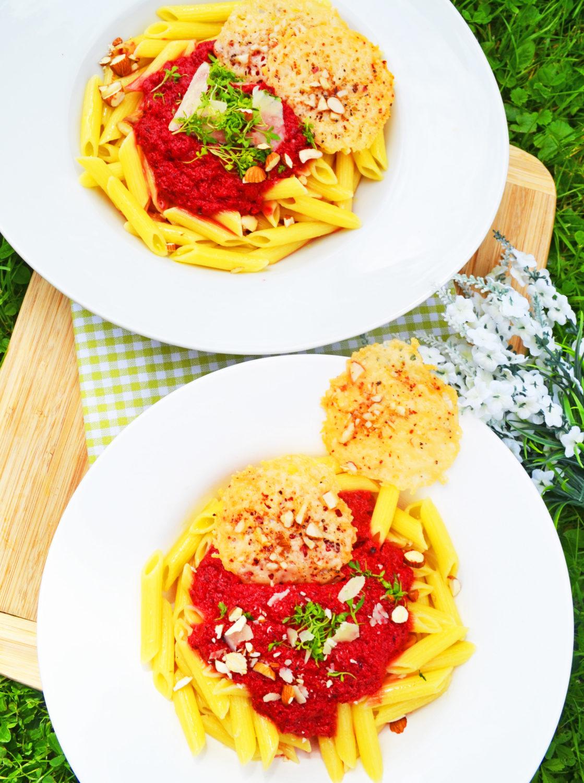 Bunt und gesund! Pasta mit Rote-Rüben-Sauce und Parmesanplätzchen