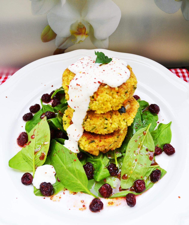 Vegetarisch vom Feinsten! Couscous-Laibchen mit Spinat-Cranberry-Salat