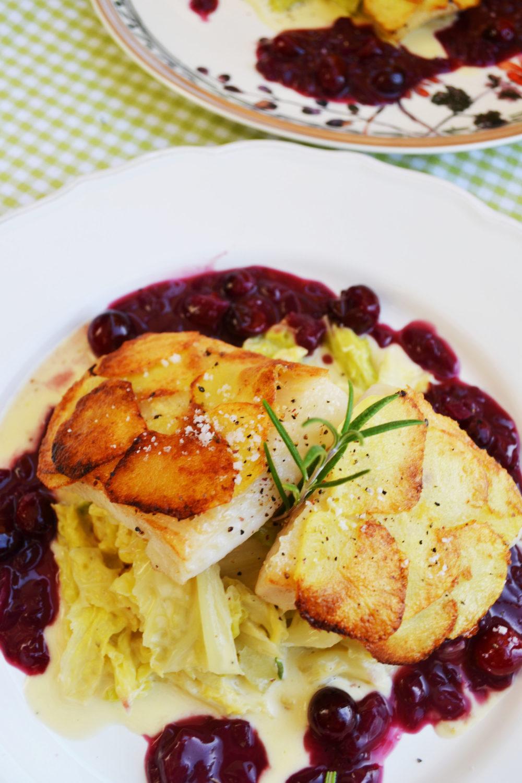 Ein guter Fang! Heilbutt mit Kartoffelkruste auf Rahmkohl und Cranberry-Sauce