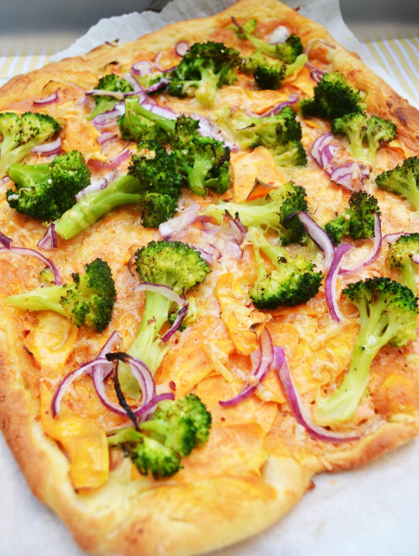 Nachmach-Alarm! Süßkartoffel-Flammkuchen mit Brokkoli und Harissacreme