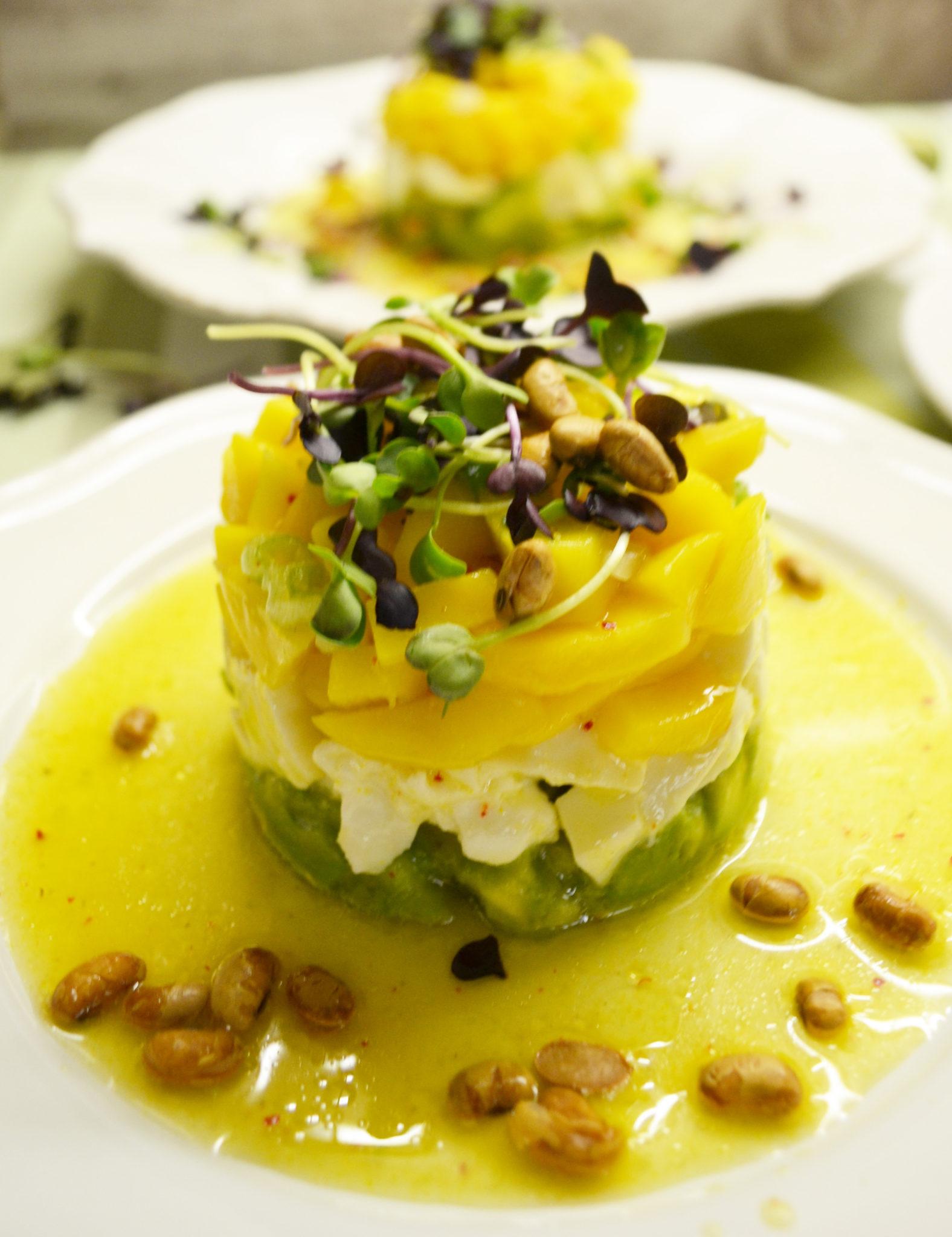 Frisches Türmchen! Avocado-Mozzarella-Mango-Salat mit Orangenvinaigrette