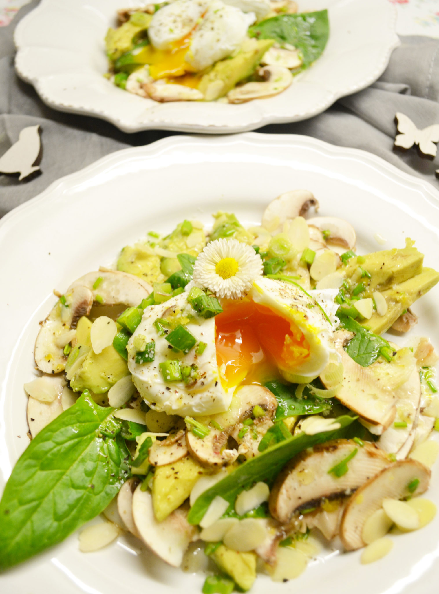 Herrlich frisch! Avocado-Champignon-Salat mit pochiertem Ei