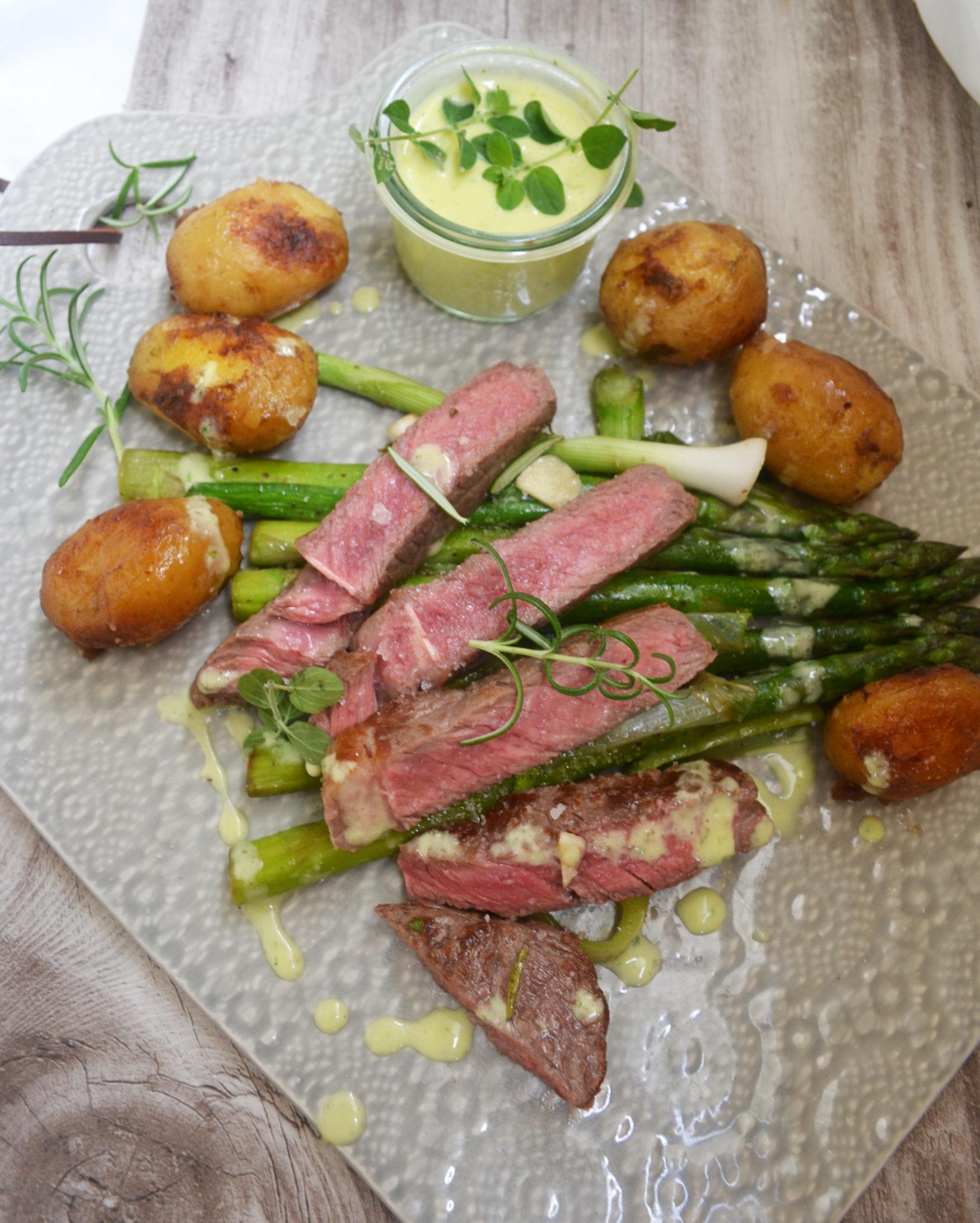 Ein wahres Fest für alle Fleischliebhaber! Ribeyesteak mit gebratenen jungen Kartoffeln, Spargel und Sauce Aïoli