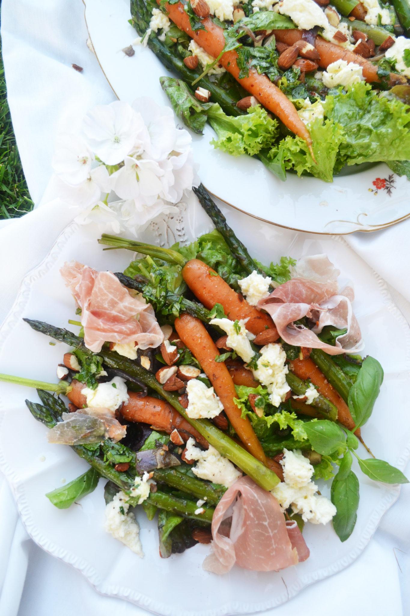Bunter Abendgenuss! Sommersalat mit Karotten, Spargel und Mozzarella
