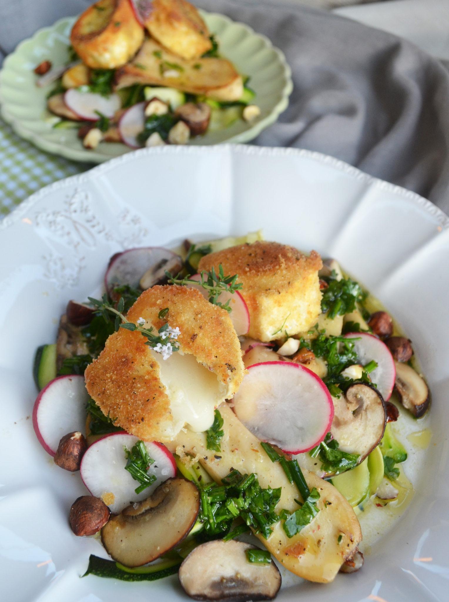 Wahres Käseglück! Gebackener Ziegenkäse auf Zucchini-Pilz-Salat