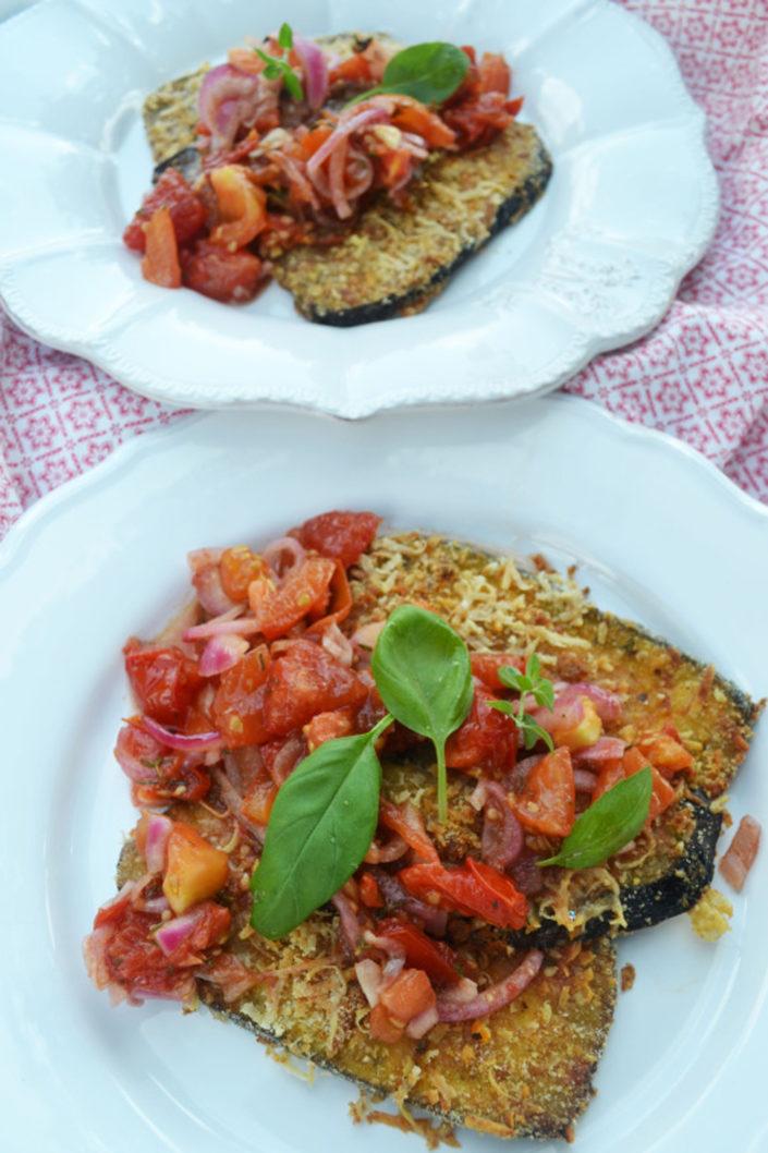 Knusprig lecker! Auberginenschnitzel mit Parmesankruste und Tomatenragout