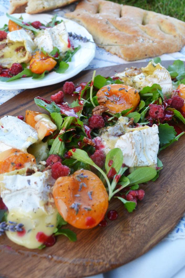 Französische Brotzeit! Salat mit Camembert, Lavendel-Marillen und Himbeervinaigrette