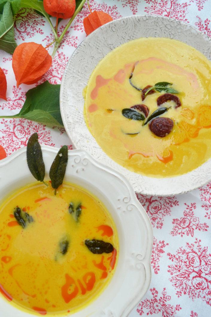 Gutes für Leib und Seele! Kürbissuppe mit gebratener Chorizo und Salbeiblätter