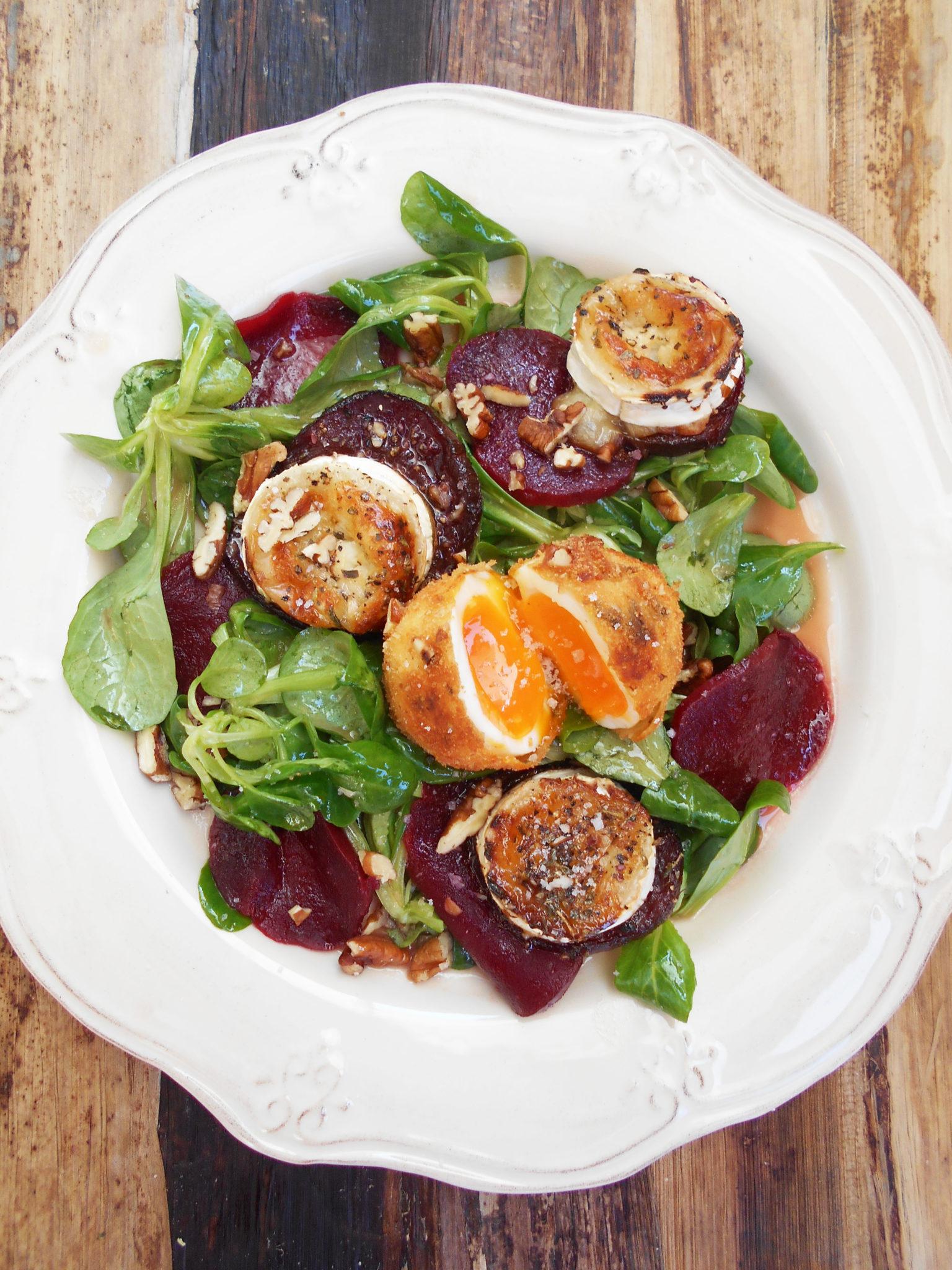 Hochgenuss im Herbst! Vogerlsalat mit Rote Rüben, Ziegenkäse und gebackenen Pekannuss-Eiern