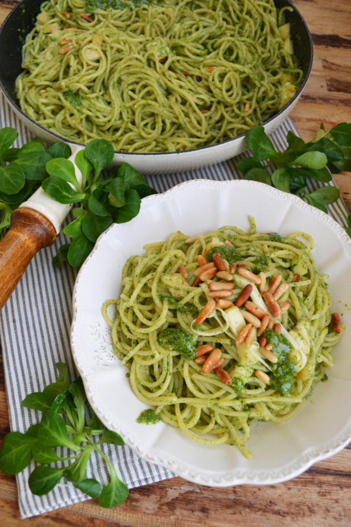 Grünes Glück! Pasta mit Vogerlsalat-Pesto, Pinienkerne und Scamorza