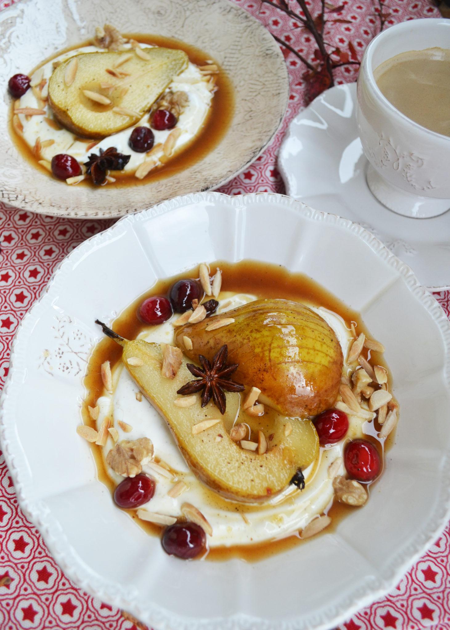 Glanz und Gloria! Weihnachtlich pochierte Birnen mit Joghurtcreme