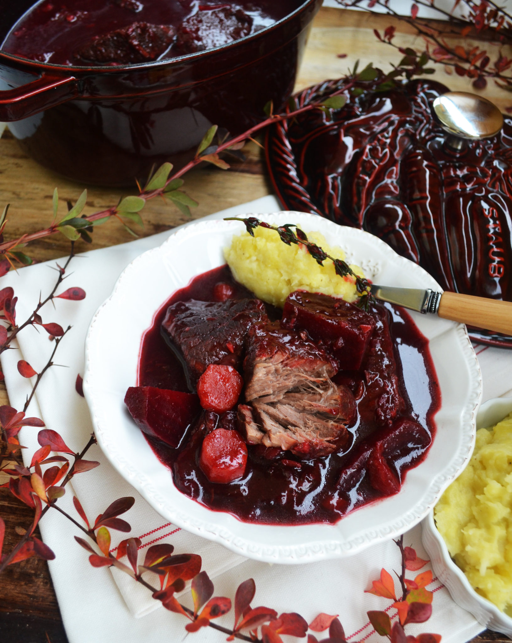 Einer für alle! Rinderschmortopf mit Rote Rüben und Kartoffel-Pastinaken-Stampf