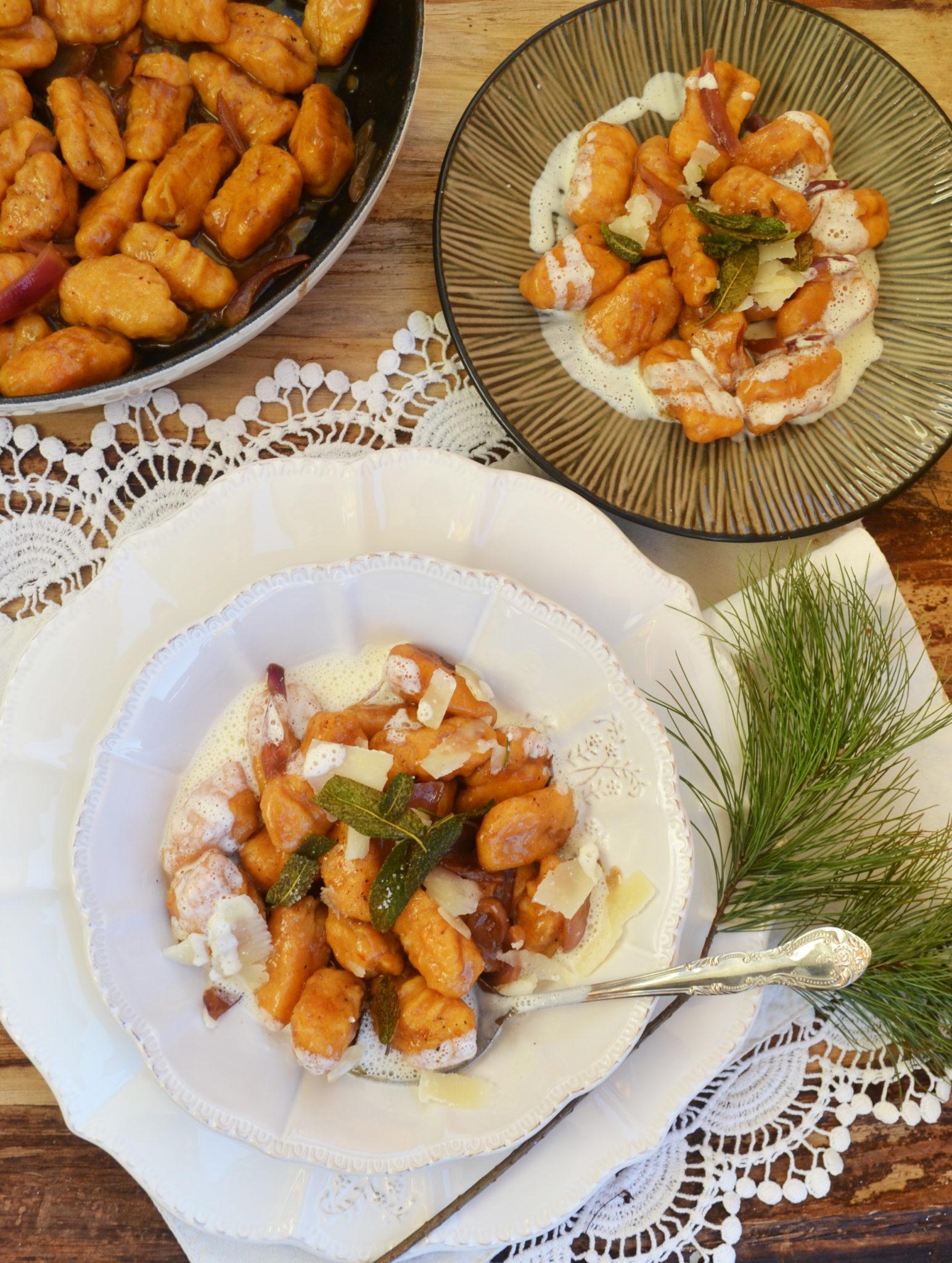 Einfach lecker! Süßkartoffel-Gnocchi mit Balsamico-Zwiebeln, Salbei und Ziegenkäseschaum