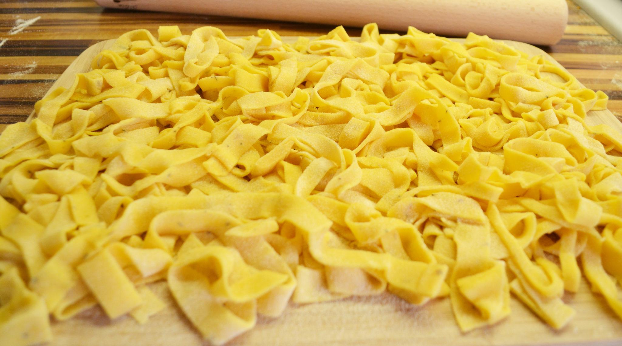 pasta amore tagliatelle mit garnelen getrockneten tomaten und pangrattato. Black Bedroom Furniture Sets. Home Design Ideas