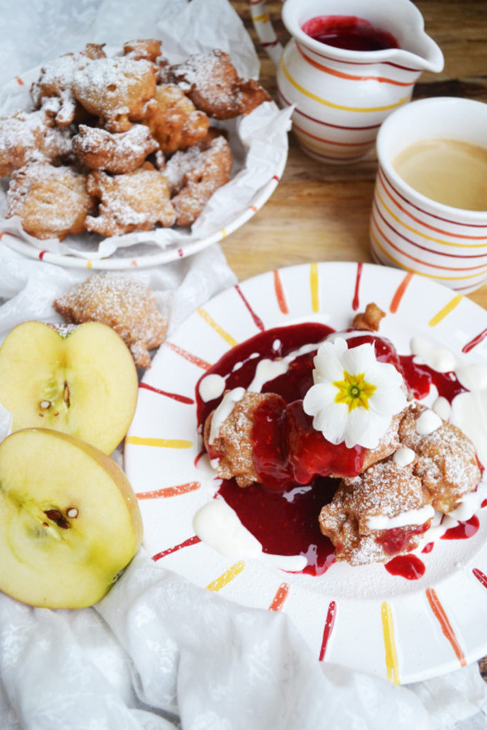 Gebackene Apfelmäuschen! Apple Fritters mit Himbeersauce