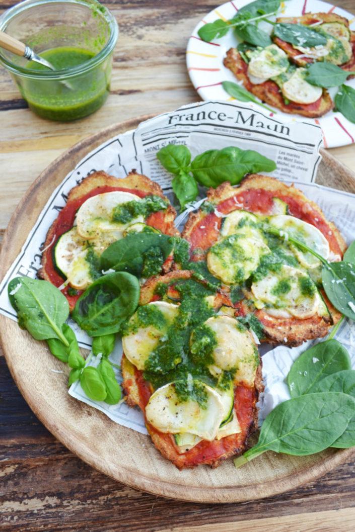 Gesund ins Wochenende! Karfiolfladen mit Zucchini, Ziegenkäse und Basilikumöl