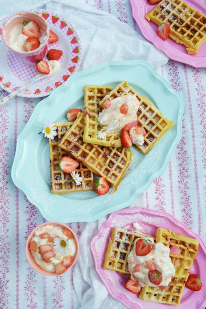 Süßer Nachmittag! Belgische Waffeln mit weißer Schokolade und Erdbeerstückchen