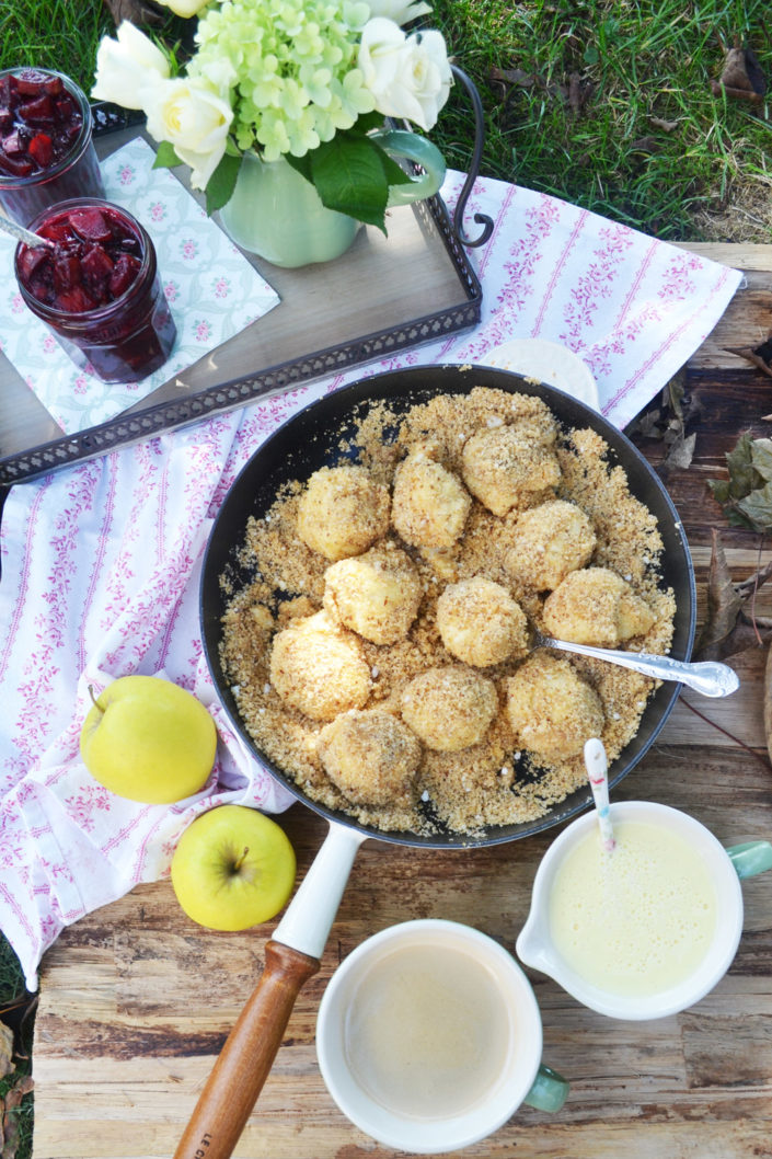 Lieblings-Wohlfühlessen! Topfenknödel mit Haselnussbrösel, Apfel-Beeren-Kompott und Vanillesauce