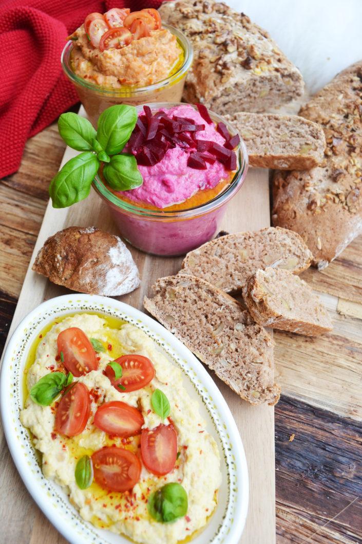 Gemeinsam, gesund, jausnen! Vollkorn-Walnuss-Brot mit dreierlei Hummus