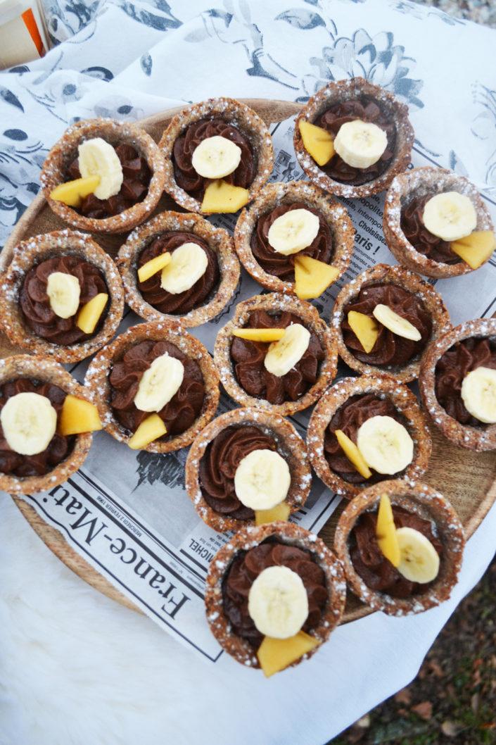 Gesunde Nascherei! Dattel-Nuss-Törtchen mit Schoko-Bananen-Creme