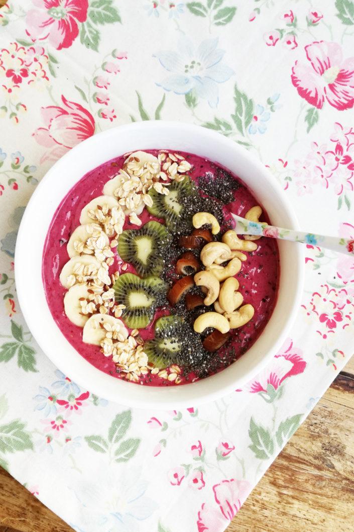 Gesunde Energiepakete! Acai-Beeren-Bowl mit Banane und Chia-Samen