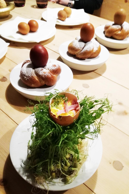 ..so wird Rührei modern serviert - in der Schale und auf Erbsensprossen!