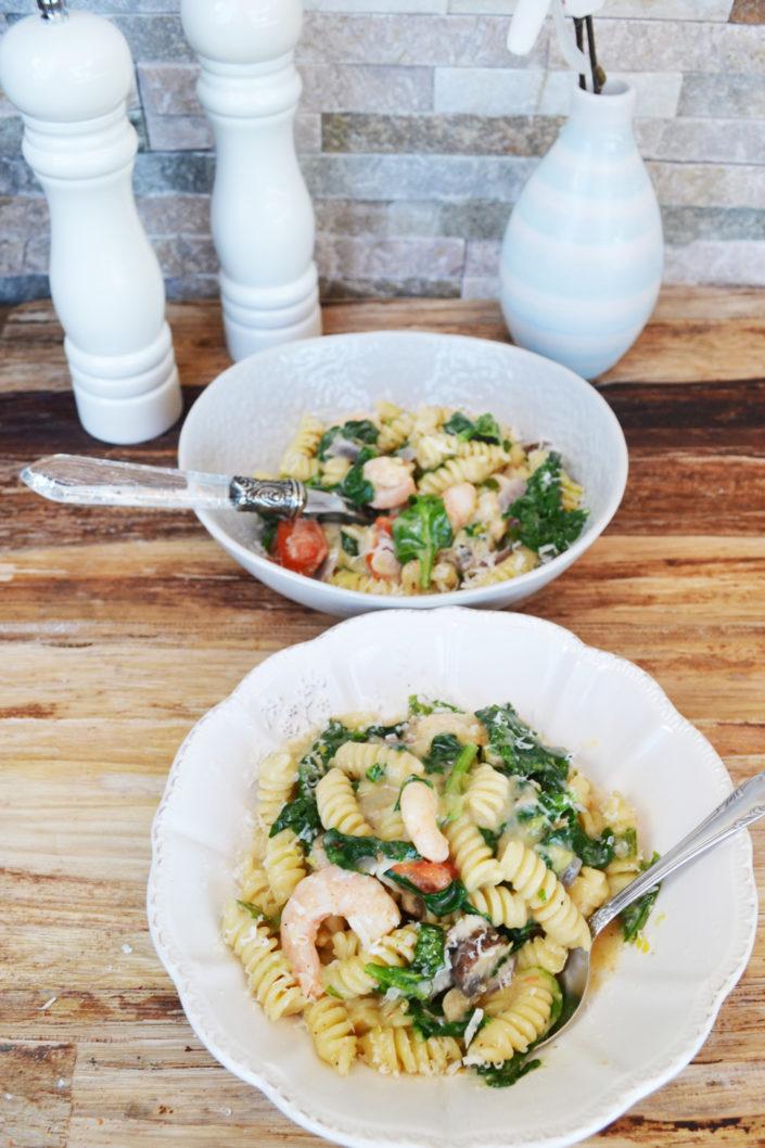 Ein Topf, den alle lieben! One Pot Pasta mit Spinat, Garnelen und Champignons