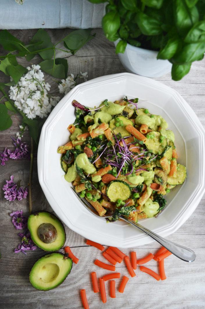 Gesunder Glücksteller! Rote Linsen Rigatoni mit Avocado-Basilikum-Pesto und grünem Gemüse