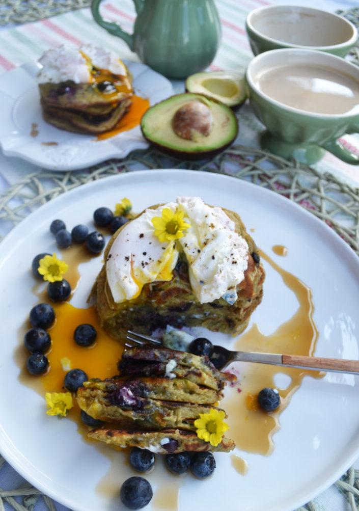 Im Frühstückshimmel! Avocado-Heidelbeer-Pancakes mit pochiertem Ei