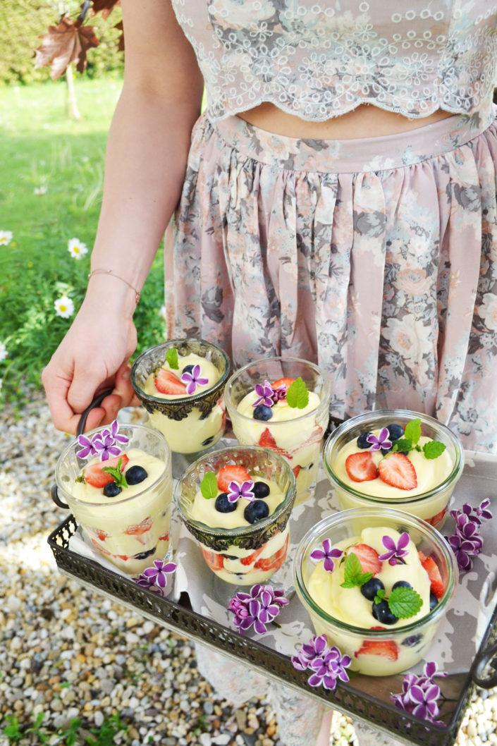 Süßer Gartenzauber! Zitronenmousse mit frischen Beeren