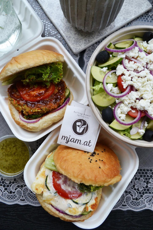 ... und dazu noch einen gesunden griechischen Salat! Mmmmmh! Alles frisch und gut!