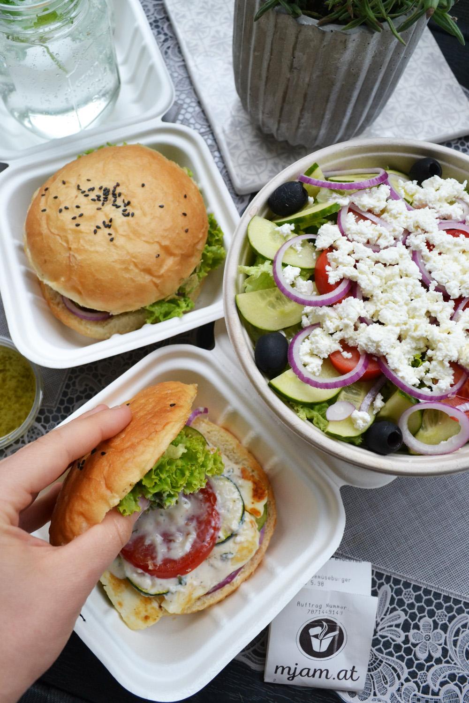 """Von der """"Grünen Karotte"""" hab ich mir einen Halloumi-Burger und Gemüse-Burger geordert. Sogar die Brötchen sind selbst gemacht, und das schmeckt man auch!!!"""