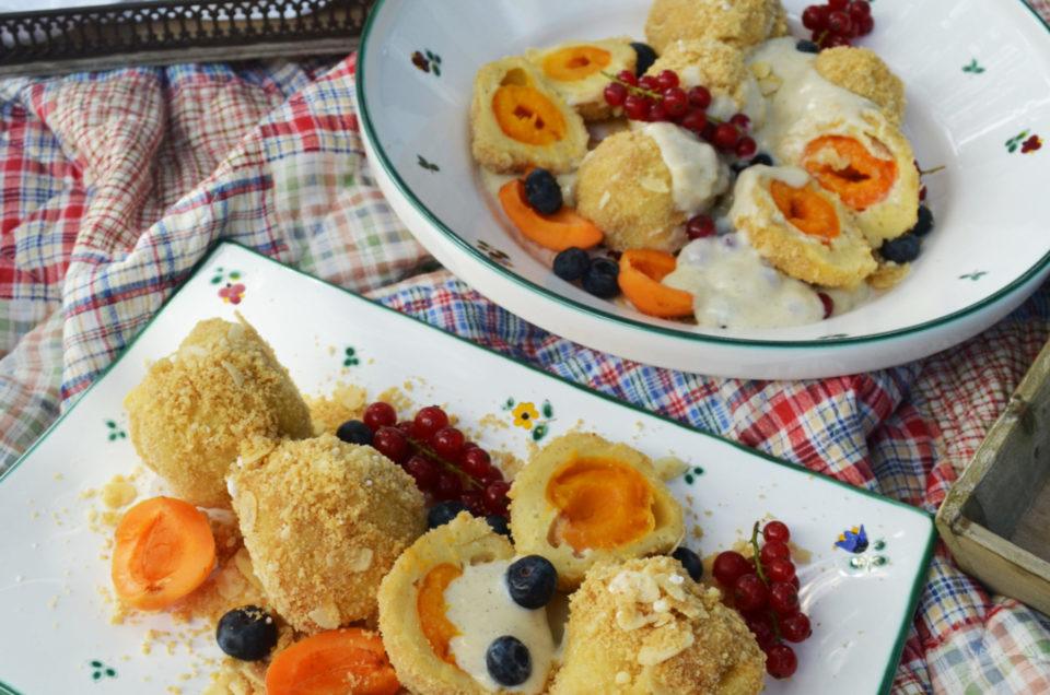 Streublumen Picknick! Marillenknödel mit Mandelbrösel und Vanille-Amaretto-Sauce