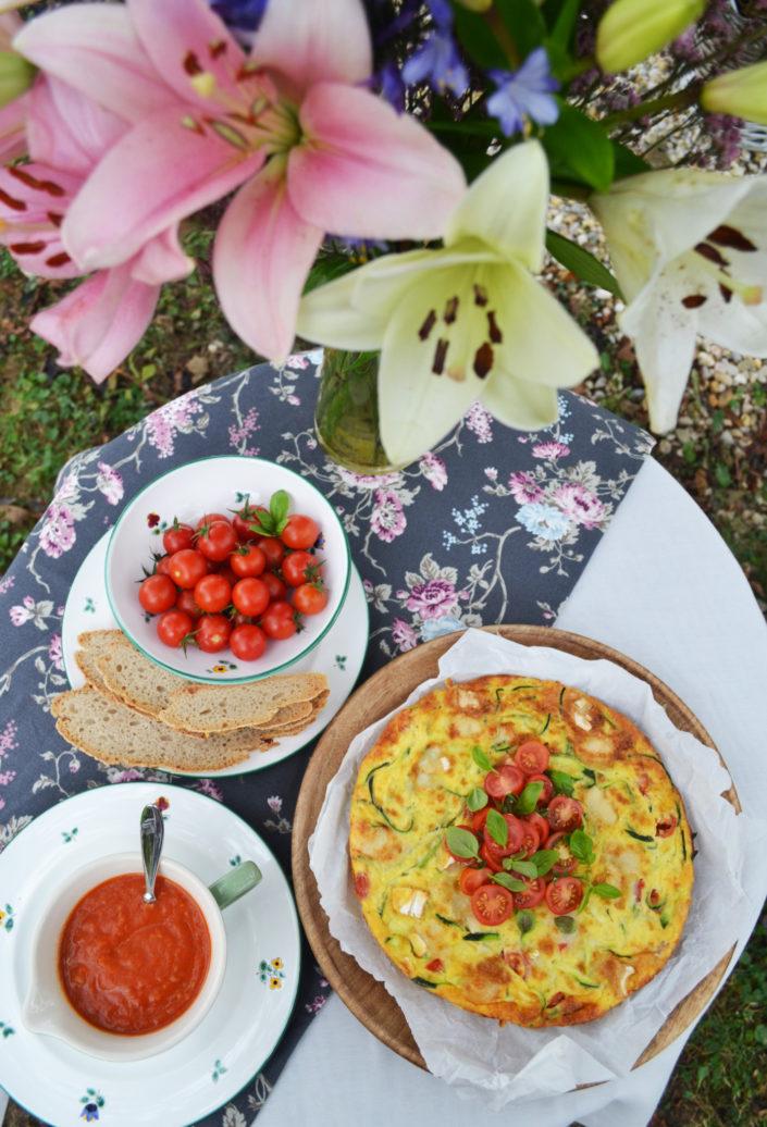 Zucchini-Ziegenkäse-Frittata mit Tomaten-Basilikum-Sauce