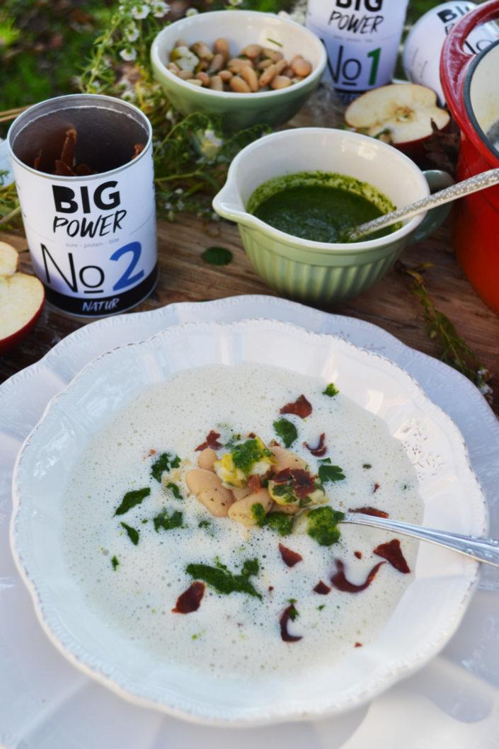 Herbstliches Löffelvergnügen! Weiße Bohnencremesuppe mit Kräuteröl und Schinkenchips