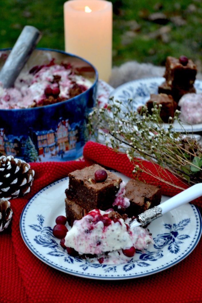 Mele Kalikimaka is the thing to say! Cremiges Kokosnuss-Eis mit Preiselbeeren und Chocolate-Brownies