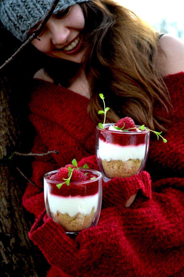 Dreamy Creamy Dessert im Glas! Knusper-Vanille-Cheesecake im Glas mit Himbeersauce