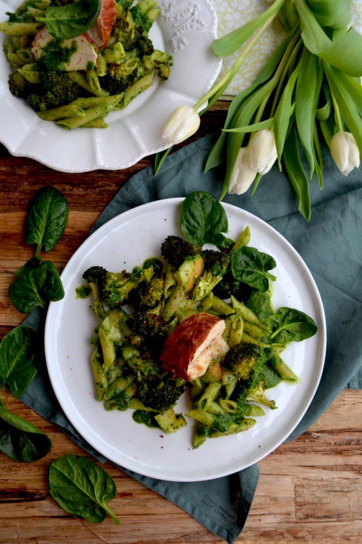 Schlagen wir ein paar Purzelbäume und genießen dieses Glücksgericht! Scamorza-Hühnchen & Pasta mit Spinat-Pesto und im Ofen gerösteten Brokkoli