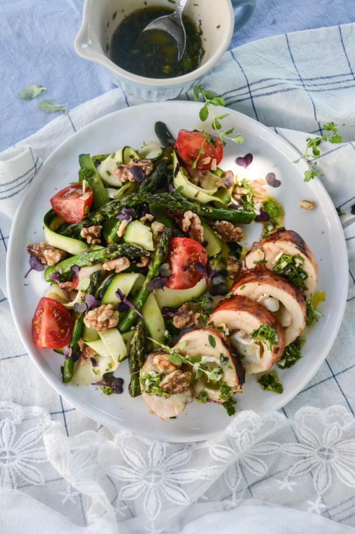 WIR WICKELN UNS IN DIE PROVENCE! Gefüllte Ziegenkäse-Hühnerbrust mit Zucchini-Spargel-Salat und Kräutervinaigrette