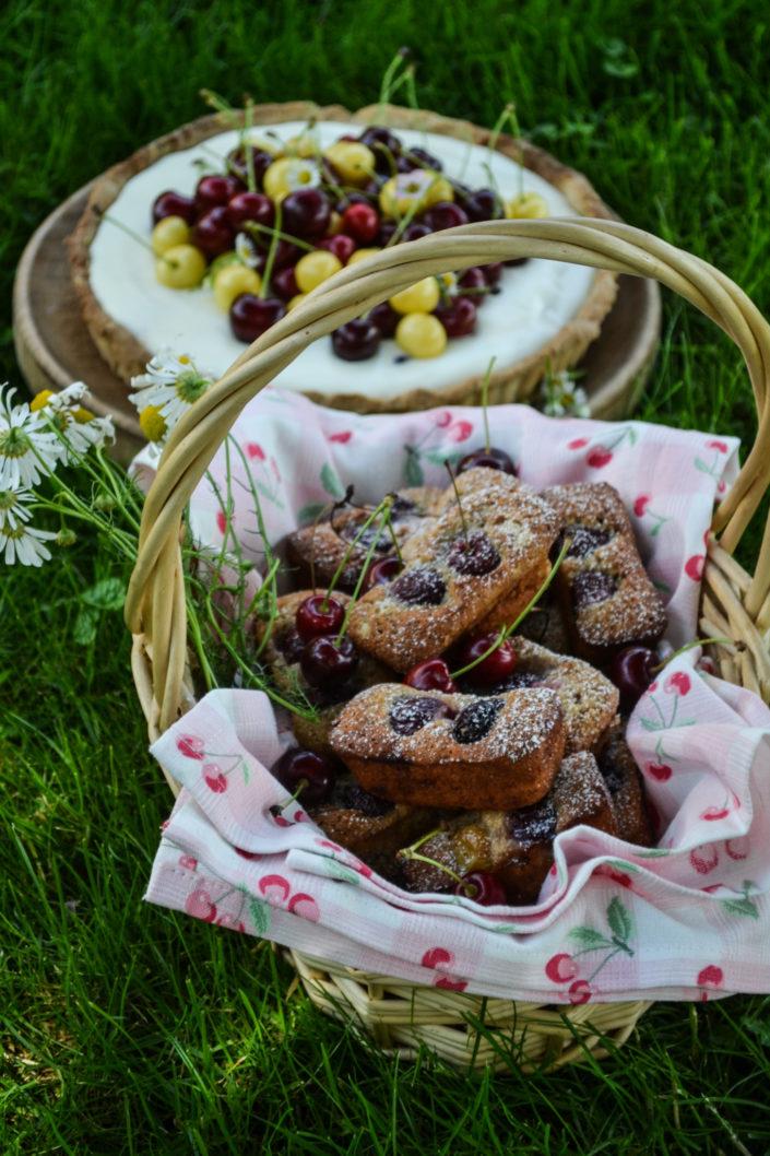 WIR FEIERN EIN KIRSCHFEST! Holunderblüten-Zitronencreme-Tarte mit Kirschen & Haselnuss-Kirsch-Financiers