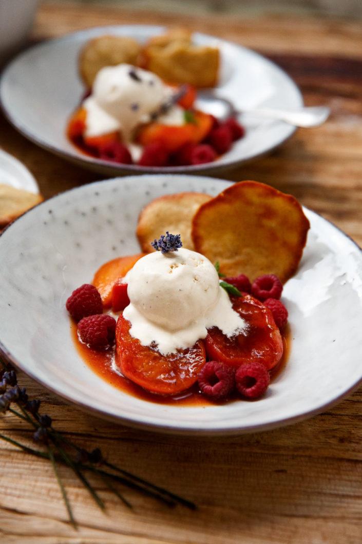 SOMMERLICHES DESSERT ZUM DAHINSCHMELZEN! Cremiges Sauerrahm-Lavendel-Eis mit pochierten Pfirsichen und Mandelkekserl