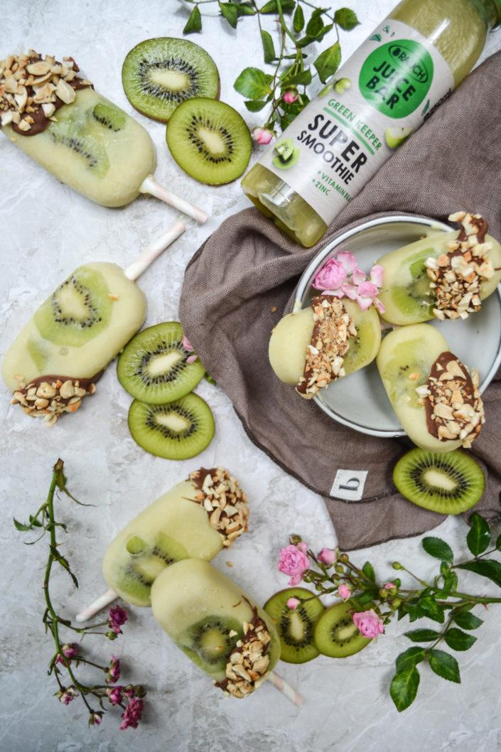 GREEN KEEPER SUPERSMOOTHIE AM STIEL! Kiwi-Joghurt Popsicles mit Schoko-Cashew-Crunch für heiße Tage...